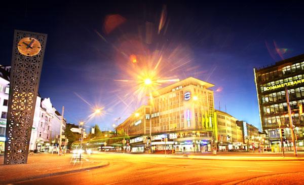 Jahnplatz bei Nacht beleuchtet - Bild: Bielefeld Marketing GmbH