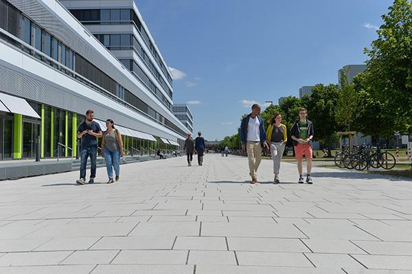 Vor dem neuen Universitätsgebäude - Bild: Universität Bielefeld