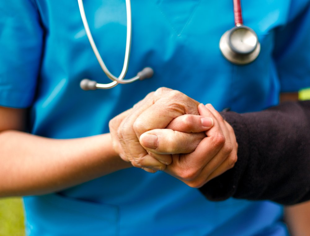 Pflegerin hilft älterer Dame -colourbox