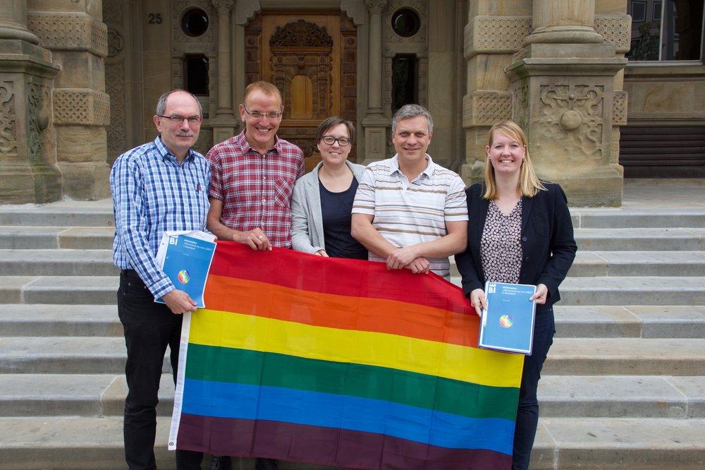 Klaus Rees (Grüne), Peter Struck und Friederike Vogt (beide vom Verein Netzwerk lesbischer und schwuler Gruppen in Bielefeld e.V), Michael Gugat (Bürgernähe/Piraten) und Wiebke Esdar (SPD) präsentieren den neuen Aktionsplan