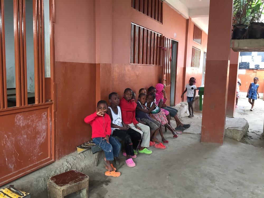 Algumas das crianças residentes do Lar Santa Madalena, no Cazenga