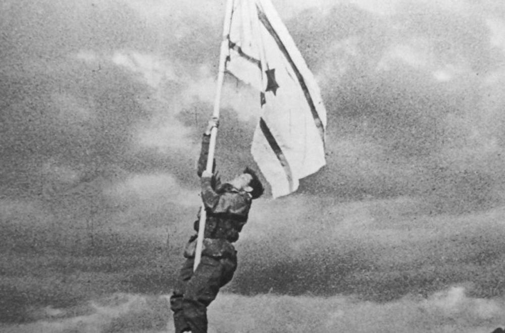 """The ink flag,"" an flag of Israel improvised from white cloth and ink, raised on Mar. 10, 1949 by the Negev Brigade following the capture of Eilat."