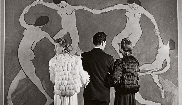 Looking at Matisse, Museum of Modern Art, 1939. Photograph by Louise Dahl-Wolfe. ©1989 Center for Creative Photography, Arizona Board of Regents