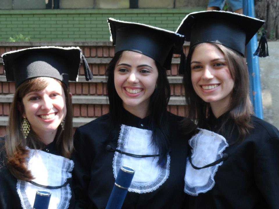 Michele, Camila e Paula no dia da formatura.