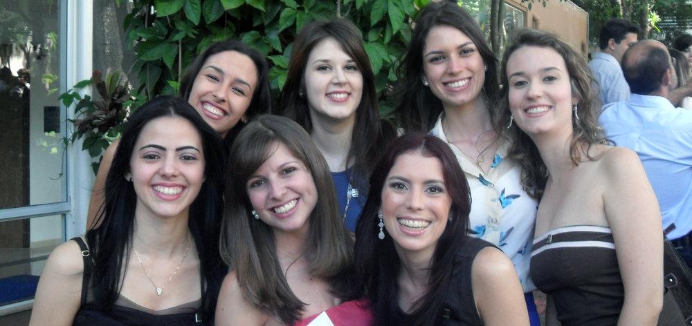 Em cima: Camila Rocha, Amanda Mitre, Paula Jareta e Maiara Nicolau. Em baixo: Camila Teixeira, Michele Rossi e Tamiris Ferreira. Dia da colação de grau da faculdade de Arquitetura.