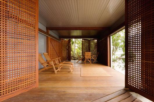 Divisórias tipo muxarabi.  (fonte da imagem:http://decorandocomclasse.com.br/wp-content/uploads/2011/10/small-river-house-05.jpg)