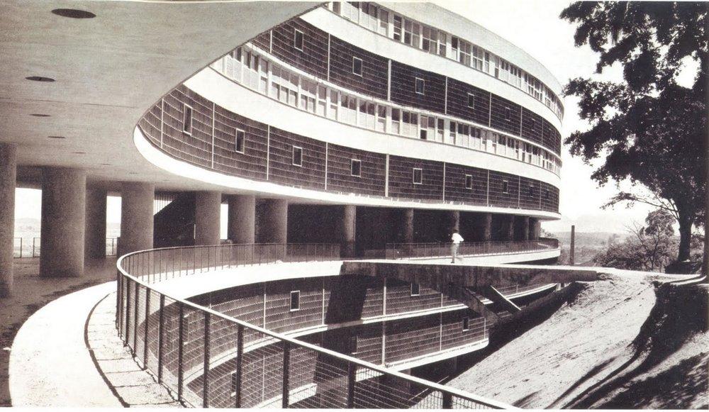 Conjunto Residencial do Pedregulho, no Rio de Janeiro, projeto de 1947.  (fonte:http://www.archdaily.com.br/br/01-12832/classicos-da-arquitetura-conjunto-residencial-prefeito-mendes-de-moraes-pedregulho-affonso-eduardo-reidy)