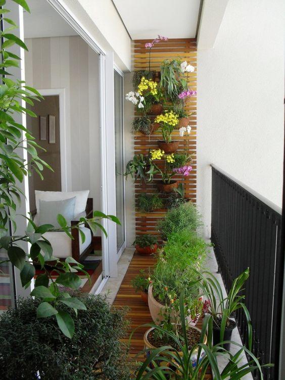 Jardim vertical e vasos na varanda pequena.   [fonte da image]