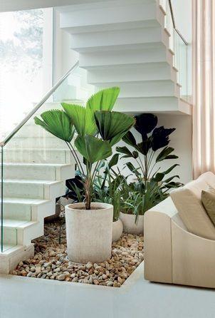 Composição de vasos sob escada.   [fonte da imagem]