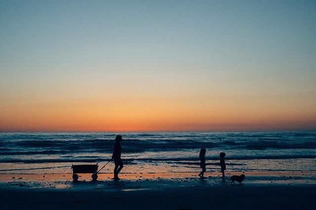 Family time.  #blacksbeach #california #sandiego #sunset #fujixt1 #fujifilm_xseries
