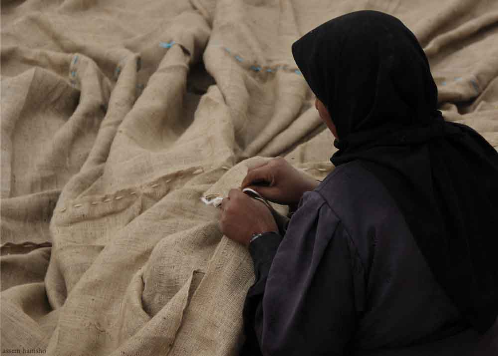 Syrian+woman+sewing+canvas.jpg