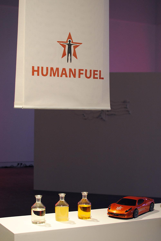Fra utstillingen  Hybrid Matters , Kunsthall Grenland, Norge 2016 Bilde på forside:  HUMANFUEL  under produksjon i laboratoriet ved Universitetet i Stavanger, 2016 (Foto: Hege Tapio)