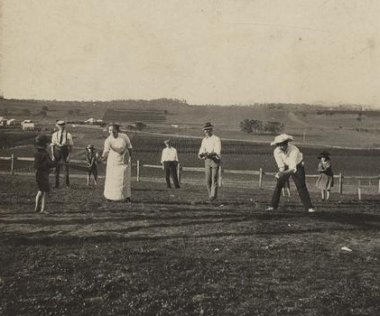 Game_of_rounders_on_Christmas_Day_at_Baroona,_Glamorgan_Vale,_1913.jpg