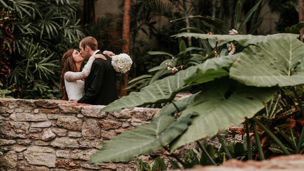 botanical garden des moines iowa wedding -bride and groom