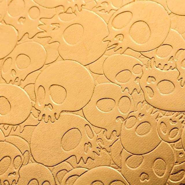 Takashi Murakami ⠀ .⠀ .⠀ .⠀ #thecrossinglondon #crossinglondon #freshpicks #design #culturegram #frieze #friezelondon #skulls #gold #emboss #shine #exhibition
