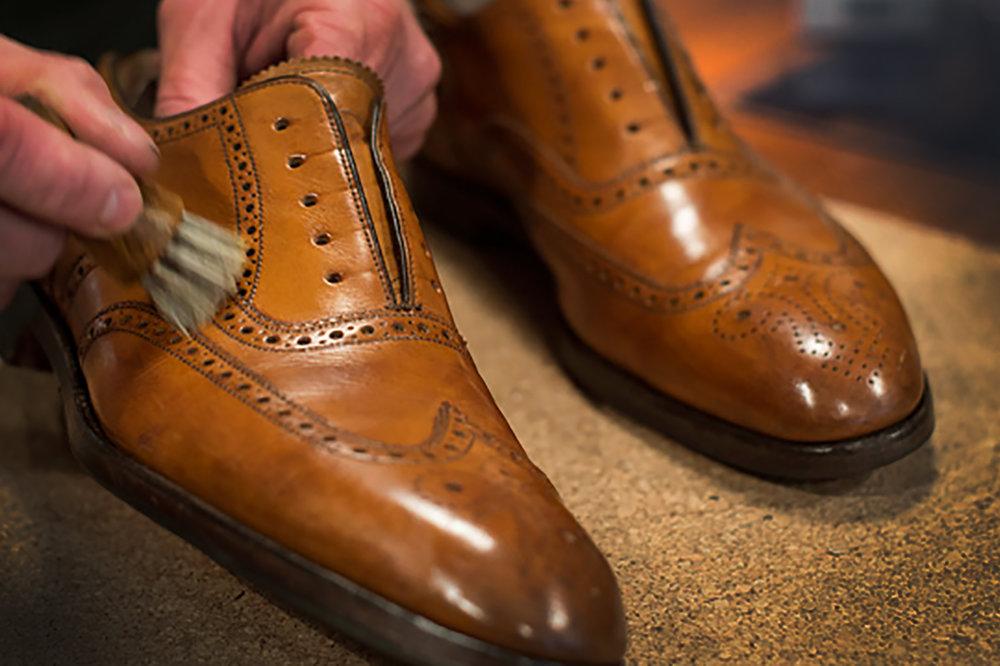 6464a5bcaed Därför ska man alltid använda skoblock när skorna vilar, för att behålla en  snygg form och öka livslängden. Kom ihåg: torka aldrig dina skor över  element, ...