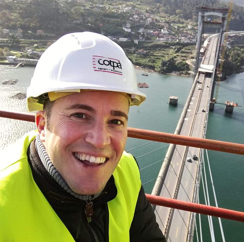 Diego Patiño, director gerente de COTPA, contemplando desde lo alto de la grúa las obras de ampliación de Rande