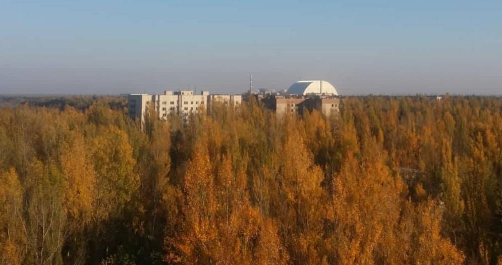 El nuevo sarcófago de Chernobyl visto desde la ciudad de Pripyat