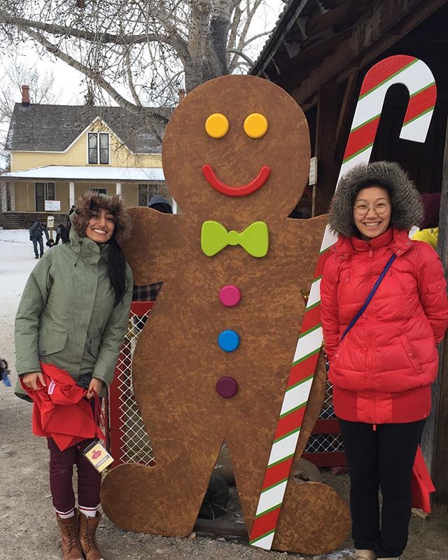 #throwbackthursday yycShapers volunteered as personal shoppers to lovely kids at the #onceuponachristmas children's shop @heritageparkyyc. Stay tuned for this upcoming holiday #ShaperLove act ♥️ . . . #globalshapers #holidayvolunteer #bestgiftever #gingerbreadhouse #gingerbreadman #cutekids