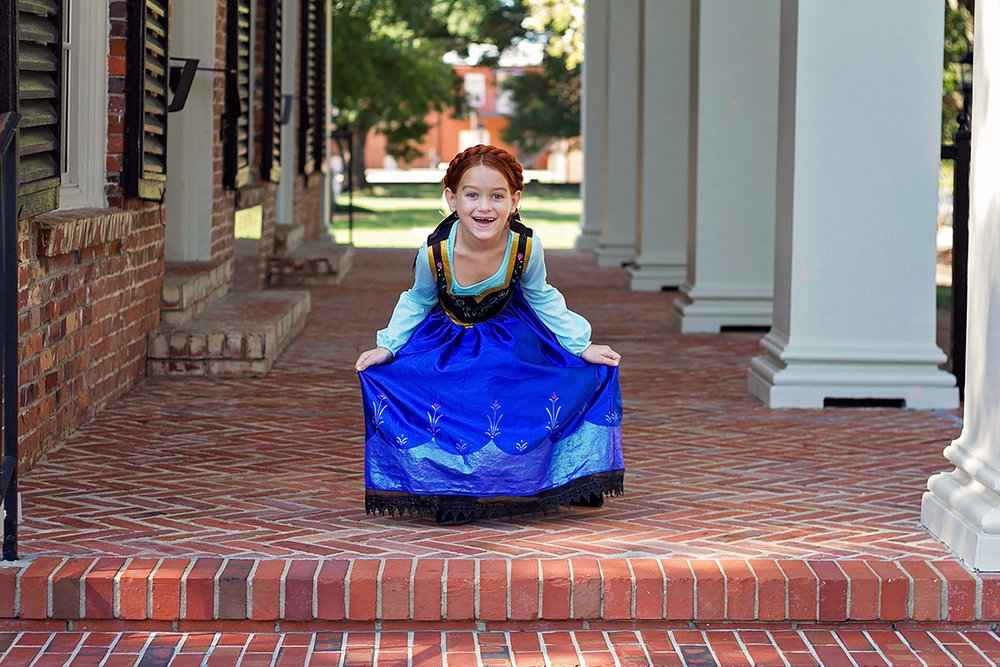 Frozen Themed Shoot Anna greeting her guestspsd.jpg