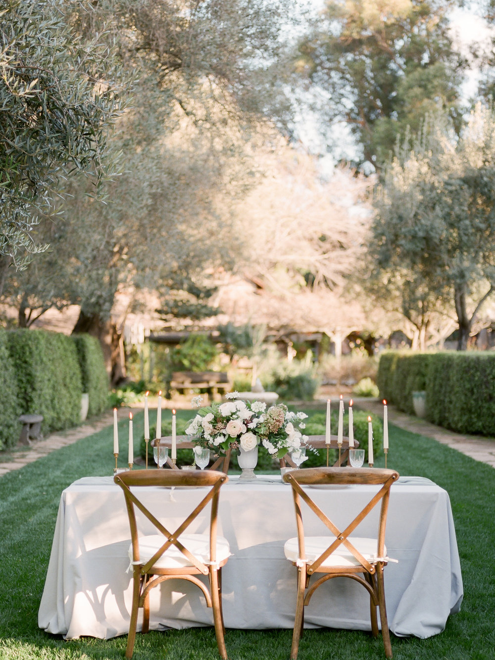 Secret Garden Wedding Inspiration with Golden Light Design & styling by Natalie Choi Events. Photography by Kate Anfinson. Florals by Bloomwell & Co.