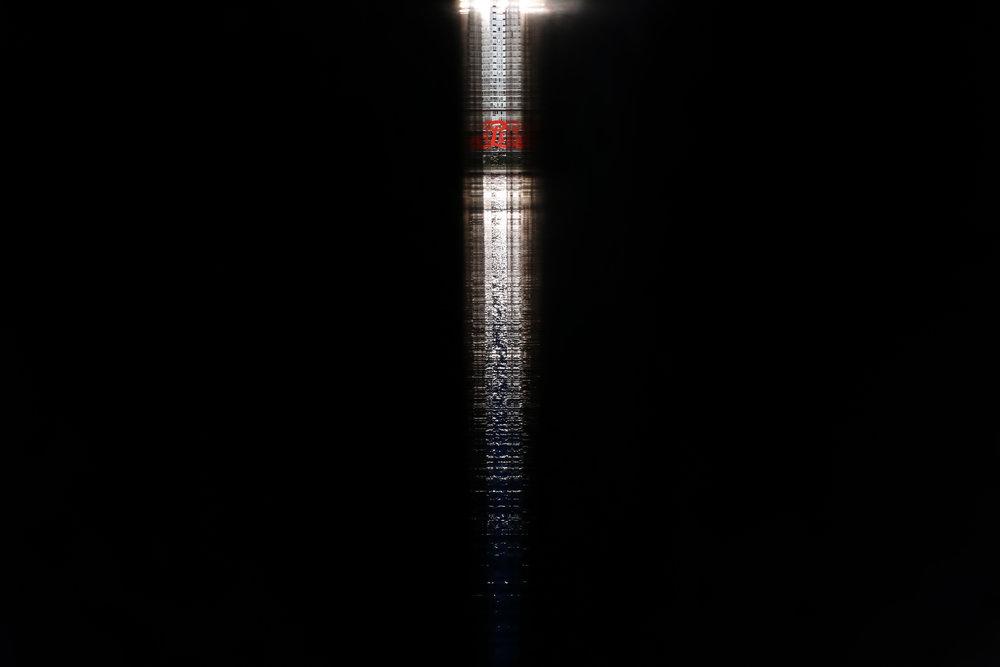 Fotol vaade läbi Roosevelti Nelja Vabaduse pargi kivist seinte pragude, mis on seest lihvitud tuues särava valguspeegelduse. (Foto: Valev Laube)