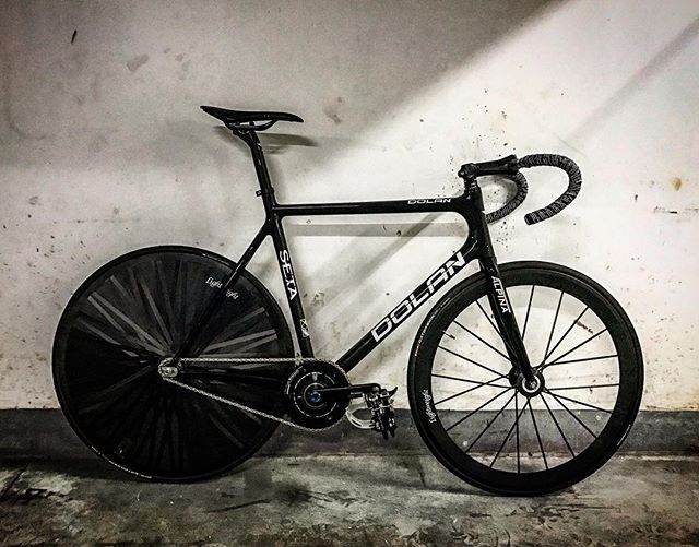 Dolan Seta ready to race.. . . . #ZealCycling #dolan #rinpoch #lightweight #cycle #velo #bike #fixedgear #fixie #trackbike #bicycle #cycling #bikeporn #streetfashion #singlespeed #brakeless #pista #ピスト #固定ギア #サイクリング #競輪 #梗牙 #転車 #고정기어 #픽시 #單速車 #死飞 #固齿
