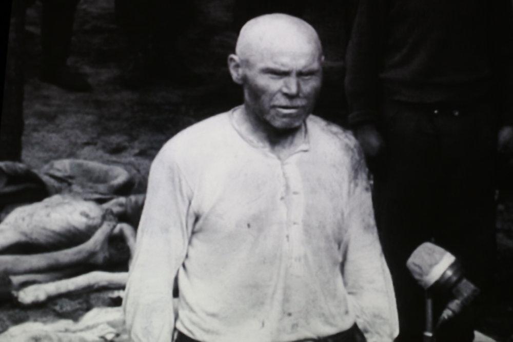 Eén van de verantwoordelijken,die om onduidelijke redenen is achtergebleven in het kamp, in de wetenschap dat het zou worden overgedragen aan de geallieerden.
