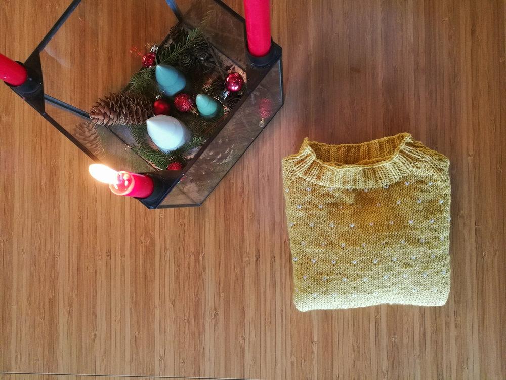 """Og min første strikkede genser dere! Se på den a! Jeg tenkte på et tidspunkt """"Kanskje den blir ferdig til jul"""",plutselig var det en uke igjen til jul og den ble ganske intens, sånn strikkemessig. Men jeg ble ferdig, og VELDIG fornøyd!"""