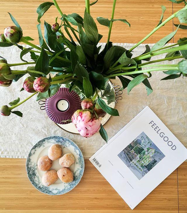 I dag har jeg bursdag 🎉 Takk til @maribergersen & @tronderikbergersen for peoner, magasin, te, croissanter og nougatboller på døra ❤❤❤