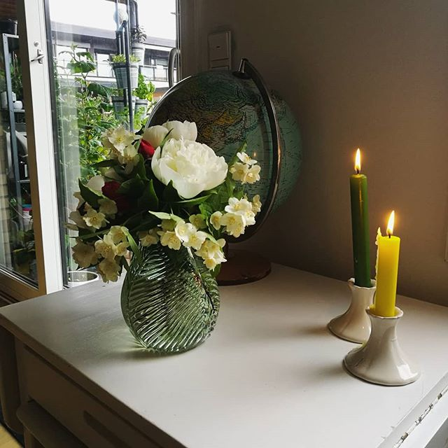 Dette måtte bli en sein frokost med stearinlys type mandag ☕ Blomsterbukett og ny vase fra @tovesjohnsen & @runjoh2onlineno , tusen takk ❤
