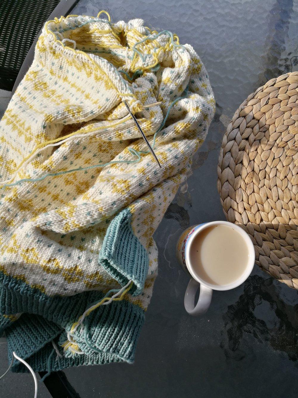 Etter å ha levert fra meg babyteppet jeg har strikket på i det siste tok jeg frem igjen genseren jeg begynte i januar!