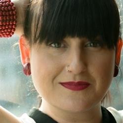 Paloma Lirola - Cantante, comediante y compositora