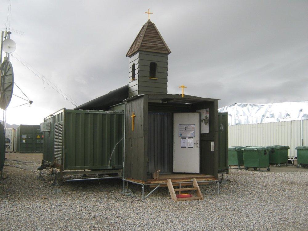 Het kerkgebouwtje dat Robert-Jan en een collega bouwden op kamp Hadrian. Meer foto's zien die Robert-Jan tijdens zijn uitzending maakte? Volg  het instagramaccount  van Onze Missie in Afghanistan.