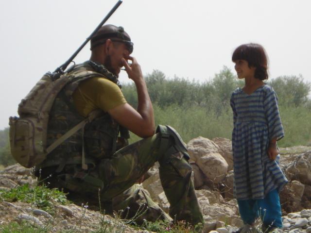 """Veteraan Maarten denkt, ondanks zijn PTSS, wel nog graag terug aan een aantal mooie herinneringen van zijn uitzending naar Afghanistan. Zo is er zijn """"grote kleine vriendin"""". Deze foto en het verhaal dat daarbij hoort, deelt hij op instagram ."""