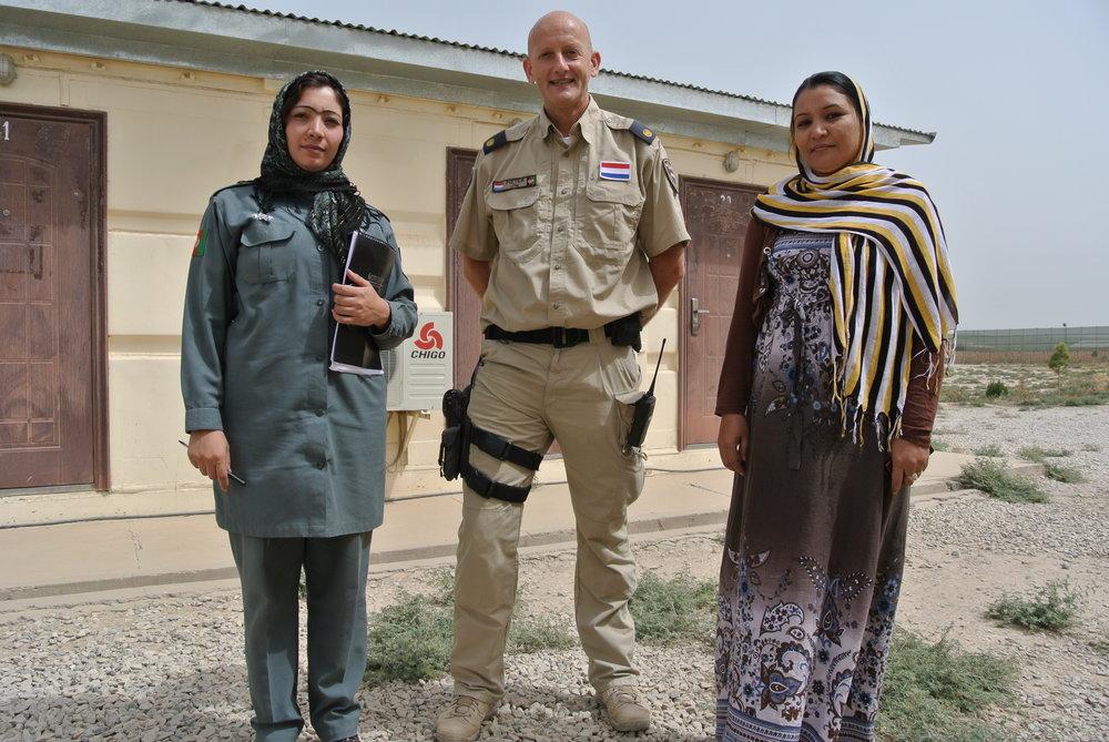 EUPOL-trainer Peter Metselaar met de twee vrouwelijke trainers die hij op de politieacademie onder zijn hoede had. Op  ons Instagram-account  deelt Peter meer foto's van zijn trainingsmissie in Kunduz en Kabul.