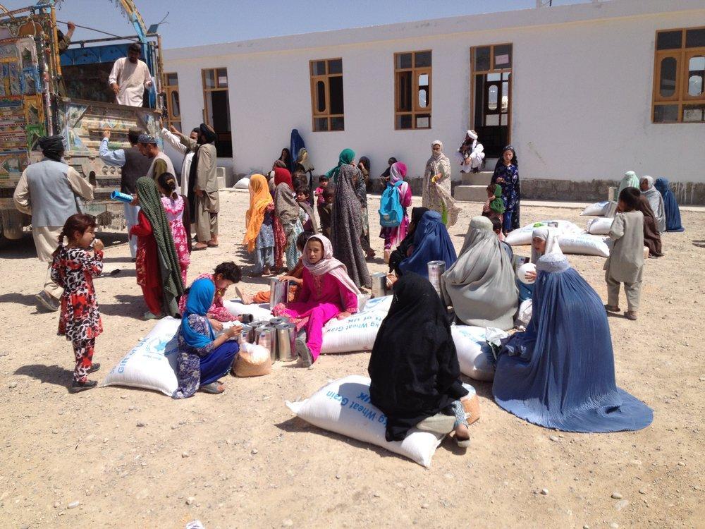 """Deze foto van de Timo Girls School maakte vader Smeehuijzen in 2013. De school werd gebouwd bij de plek waar de aanslag plaatsvond. De autobom maakte meerdere slachtoffers; zo raakten drie van Timo's collega's gewond. Gea Werkman, die in 2007 een uitzending draaide in de verpleging op Kandahar ving twee van hen op. """"Dat zal ik nooit vergeten, vooral omdat de landmachters elkaar steunden. De twee jongens die ik moest verzorgen, moesten worden gerepatrieerd. Eerst via Kandahar, waar ik ze opving, en daarna via Kabul. Ik ben een paar dagen bij ze geweest om ze te begeleiden. Ze waren behoorlijk gewond maar konden duidelijk rekenen op de zorg en toewijding van hun collega's. Heel bijzonder om de nasleep van zo'n verschrikkelijke gebeurtenis mee te maken en te zien hoe zij daarmee omgingen."""" Ze was niet op de hoogte van de school die later werd gebouwd. """"Dat was dan na mijn uitzending daar. Maar wat gaaf! Een respectvol, mooi gebaar om iemand zo te eren. De aanslag gebeurde ook op Vrouwendag, dus mooi dat het om een meisjesschool gaat."""""""