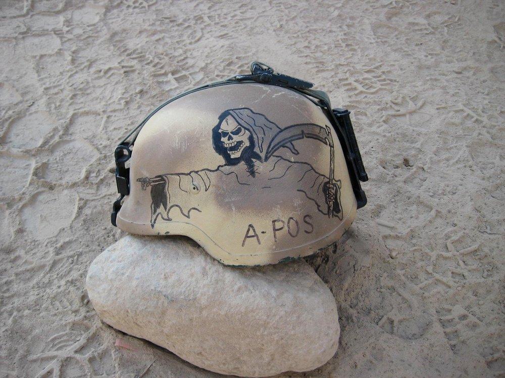 """Een Afghanistan-veteraan leverde deze foto aan voor onze instagramserie. """"Mijn eerste uitzending was midden in het Taliban Offensief, in 2007. Tegen het einde van de missie bracht ik deze tekening aan op mijn helm. Het zegt genoeg over de sfeer van toen. Het ging niet meer om 'hearts and minds', maar om het breken van vijandelijkheden en het leveren van gevechten."""""""