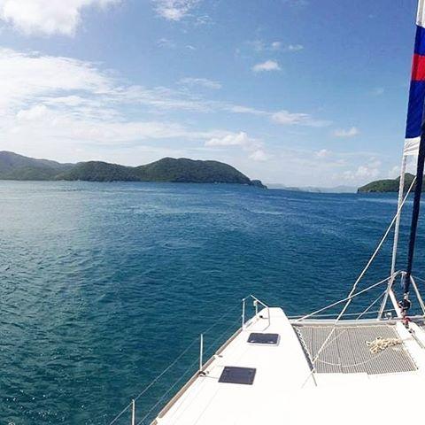 Full sail ahead! 🗾⛵️👍 . . .  #discovery #wanderlust #sailing #yachtlife #akasha #bvi #virgingorda #peterisland #scrubisland #neckerisland #bviheaven #gourmet #summer2017 #luxury #thebaths #bitterend #boatbookings #yachtlife #lifeofluxury #catamaranlife #gourmet #riseandshine #diving