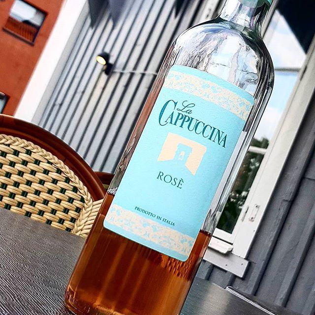 På fredag välkomnar vi ett nytt Rosévin på flaska! La Cappuccina ifrån Verona, Italien.  På lördag är det äntligen dags för Göteborgsvarvet!  Vi öppnar portarna klockan 12, vinet är kylt ölen är brygd!  Så kom i tid och njut av grym utsikt, skön musik och god mat!  Välkomna!  #göteborgsvarvet #eriksberg #hotelvillan #disponenten #lacappuccina