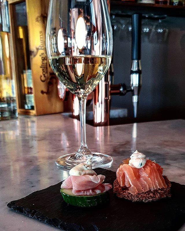 Kära Disponentenvänner! Premiär på fredag. Vi kickar igång med en vinprovning av franska vita viner med utvalda tilltugg för 149kr med start från kl 18.00. Söndamidda är äntligen tillbaka, vi bjuder på förrätt alt. dessert när ni äter en varmrätt. Varmt välkomna!