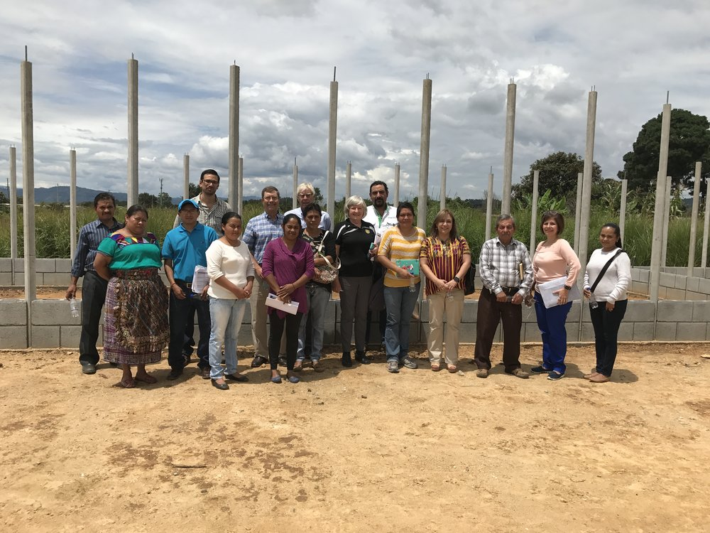 """Nuestro club se unió al Club Rotario de Kenora Canadá (Distrito 5550), para contribuir con   Fundación Novella en la construcción de una escuela en comunidad Llanos de San Juan Sacatepéquez    Este acuerdo se da en el marco del programa Ripple Effect. En el proyecto participan además padres de familia, el COCODE, representantes del Ministerio de Educación y la municipalidad de la localidad     Llanos de San Juan es una pequeña comunidad que es parte de Sacsuy, en el municipio de San Juan Sacatepéquez. Su población es de alrededor de 80 familias, es decir, unas 400 personas. Actualmente, los niños de la localidad habían estado recibiendo clases de preprimaria y primaria en una infraestructura dañada y no apta para el estudio.  Por lo anterior, se decidió construir un centro educativo nuevo, en un terreno propiedad del gobierno local que se adquirió para albergar la escuela, que constará de tres aulas, baños para niños y niñas, una estación de lavado de manos, cocina, almacén y la oficina del director. Asimismo, contará con tanques elevados para ahorrar agua.   """"La escuela se edificará con piezas prefabricadas en tan solo un día, el próximo sábado 11 de noviembre. En la construcción participarán habitantes de Llanos, representantes de la Fundación Novella y socios de nuestro club"""" , explicó Marco Zúñiga, presidente del Comité de Proyectos del Club Rotario Guatemala La Reforma.  """"Agradecemos la confianza al programa Ripple Effect, en especial a su presidente Gord LeMaistre, así como a su equipo de trabajo en el Club Rotario de Kenora, pues con su aporte están haciendo posible que los niños de Llanos puedan estudiar en un ambiente adecuado, lo que les permitirá tener un mejor rendimiento escolar""""."""