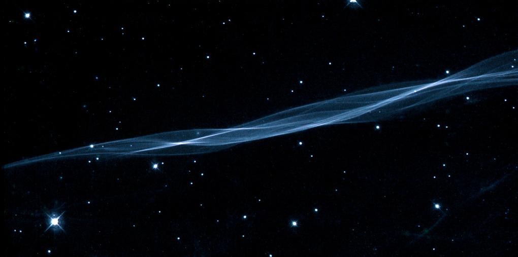 صورة تكاد لا تصدق من جمالها إلتقطها هابل سنة  2000 وهي تدعى The Cygnus Loop nebula
