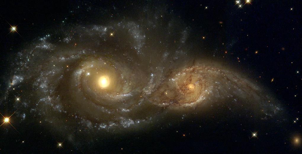 شاهد كيف أن قوى الجاذبية بين مجرتين قريبتين من بعض تغير من شكليهما! إلتقطت هذه الصورة سنة 1999