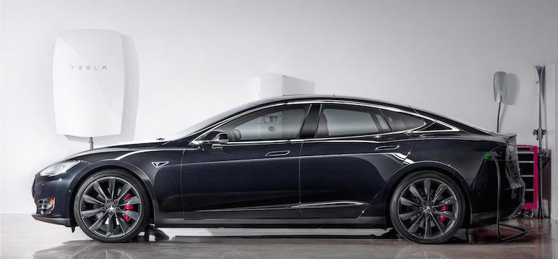سيارة تسلا التي تسمى Model S. الصورة توضح كيف أن بطارية تسلا المنزلية قادة على شحن هذه السيارة