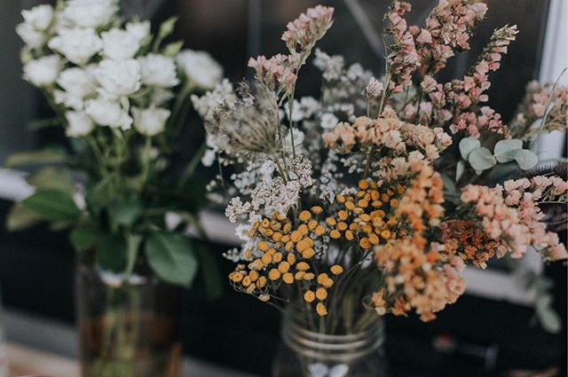 Designing with dried flowers has become a favorite winter activity of mine.  The process of foraging in the late autumn and hanging everything up to dry always resonates with my soul.  Would you guys be interested in seeing more dried flower offerings? Or is fresh best?  Photo by @summerraynephoto