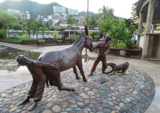 The humorous sculpture  Andale Bernardo  was donated by Demetro to Puerto Vallarta in 2014.