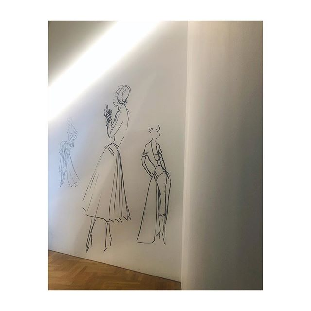 DIOR 🖤 Well worth a visit to this exhibition if you haven't already! Part of my dissertation for my university degree discussed Christian Dior's work and it was so good to revisit his beautiful, dreamy designs up close and personal. Just 👌🏻 #dior #victoriaandalbert #couture #designerofdreams