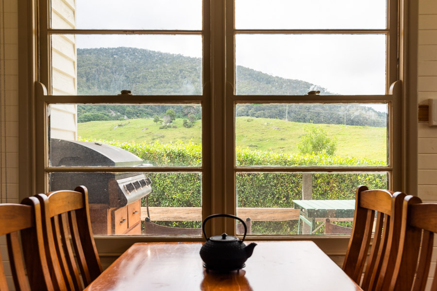 The Palm Cottage: Dining table and view over Gulaga.