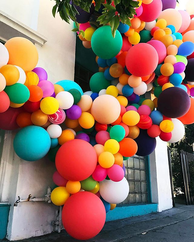 Take us back to sunshine and the RANDOM, DELIGHTFUL BALLOON INSTALLATIONS in Los Angeles please! 😩😍🎈#getyourtravelon